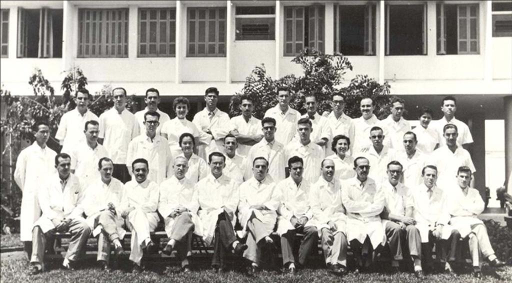 Grupo de doutorandos de 1957 (primeira turma formada na FMRP) e professores reunidos em frente ao Hospital das Clínicas (atual Unidade de Emergência).